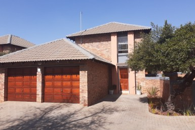 3 Bedroom Townhouse  For Sale in Heuwelsig Estate | 1311480 | Property.CoZa